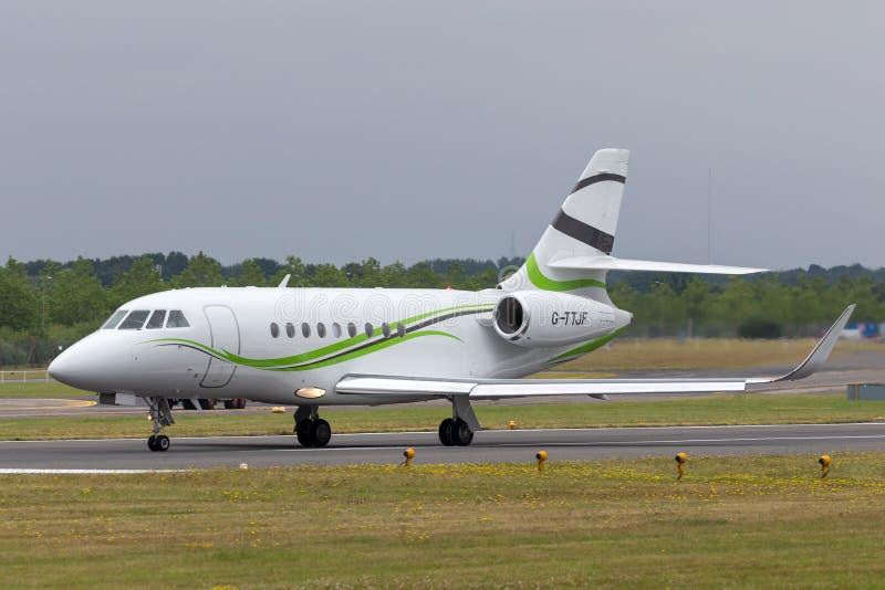 Aviones de jet del negocio del halcón 2000S de Dassault de la aviación de la ETIQUETA G-TTJF imágenes de archivo libres de regalías