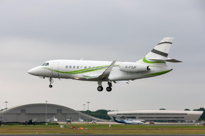 Aviones de jet del negocio del halcón 2000S de Dassault de la aviación de la ETIQUETA G-TTJF imagen de archivo