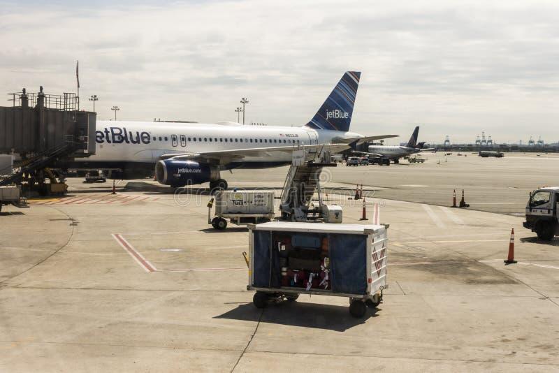 Aviones de JetBlue en el aeropuerto fotografía de archivo libre de regalías