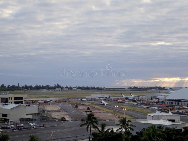 Aviones de la visión aérea que se mueven a lo largo de la pista en el aeropuerto internacional de Honolulu foto de archivo libre de regalías