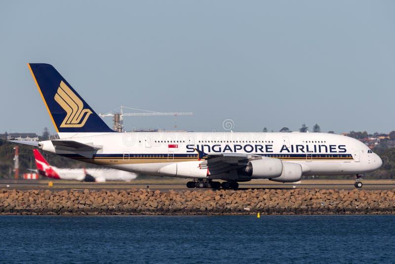 Aviones de pasajero cuadrimotores grandes de Singapore Airlines Airbus A380 en Sydney Airport foto de archivo libre de regalías