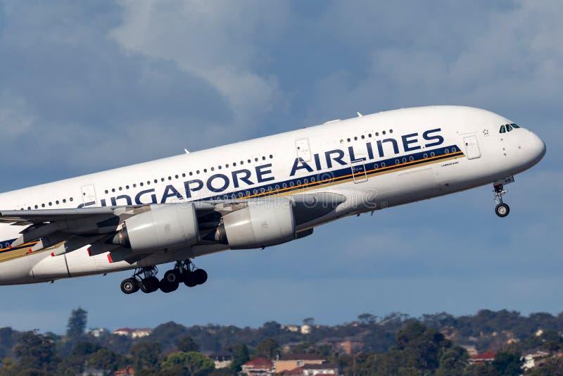 Aviones de pasajero cuadrimotores grandes de Singapore Airlines Airbus A380 que sacan de Sydney Airport imagenes de archivo