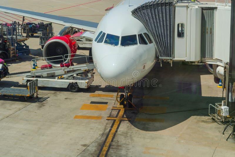 Aviones de pasajero durante el cargamento y el reaprovisionamiento fotos de archivo libres de regalías