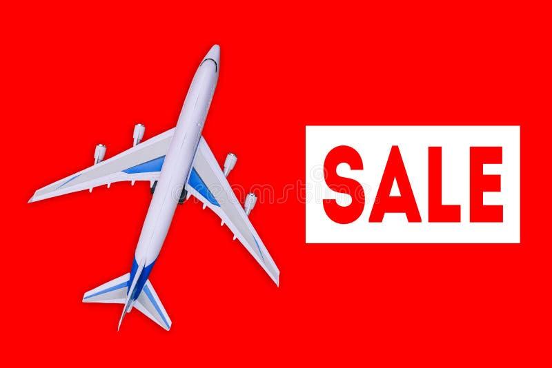 Aviones de pasajero en un fondo rojo Venta de los billetes de avión y de los vales de viaje Publicidad de la bandera y del descue ilustración del vector