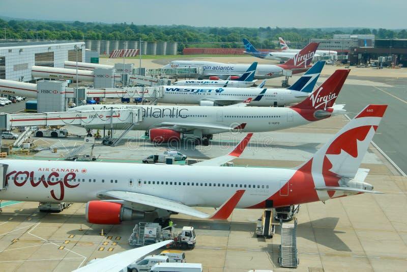 Aviones de pasajeros en el aeropuerto de Gatwick en Londres foto de archivo libre de regalías