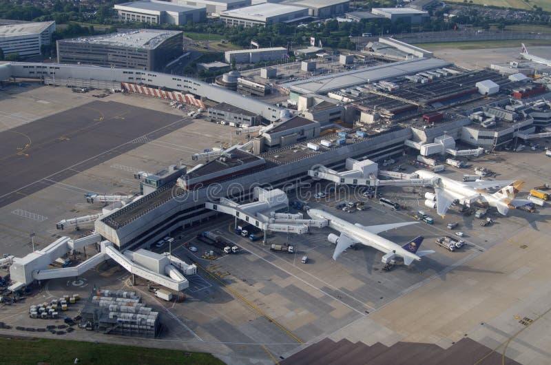 Aviones de Saudia y de los emiratos en el aeropuerto de Heathrow, Londres imagenes de archivo
