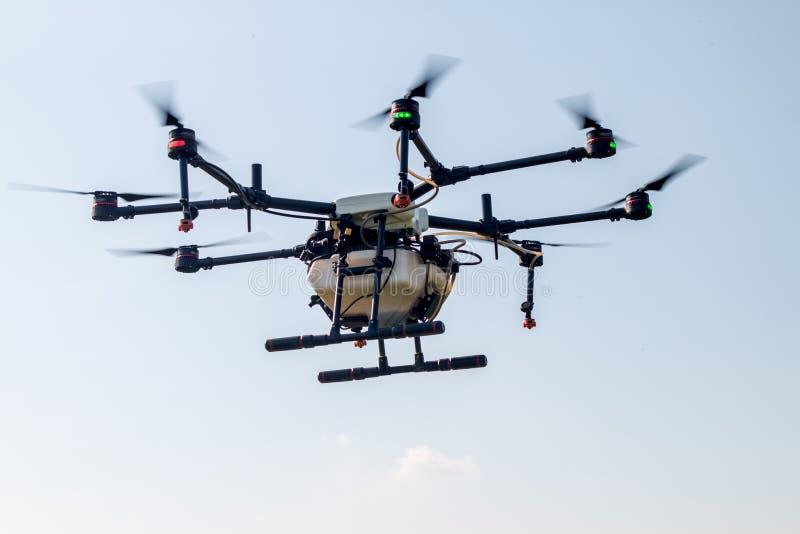 Aviones del abejón de la agricultura para cultivar la mosca en el cielo fotos de archivo libres de regalías