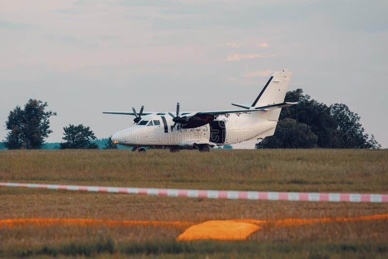 Aviones del paracaidista en tierra fotografía de archivo libre de regalías