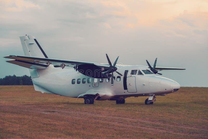 Aviones del paracaidista en tierra imagenes de archivo