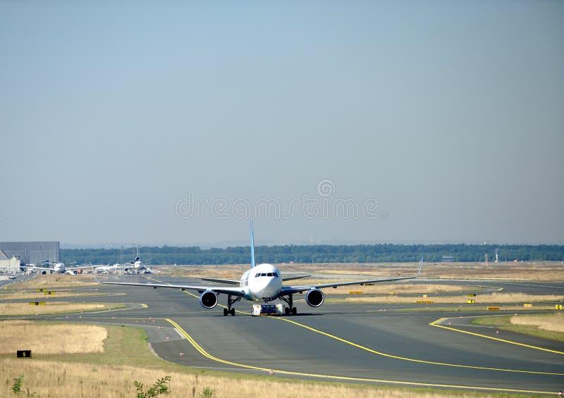 Aviones del remolque en el aeropuerto fotos de archivo