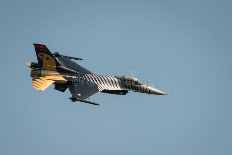 Aviones diplay a solas del F-16 de la fuerza aérea turca imagen de archivo