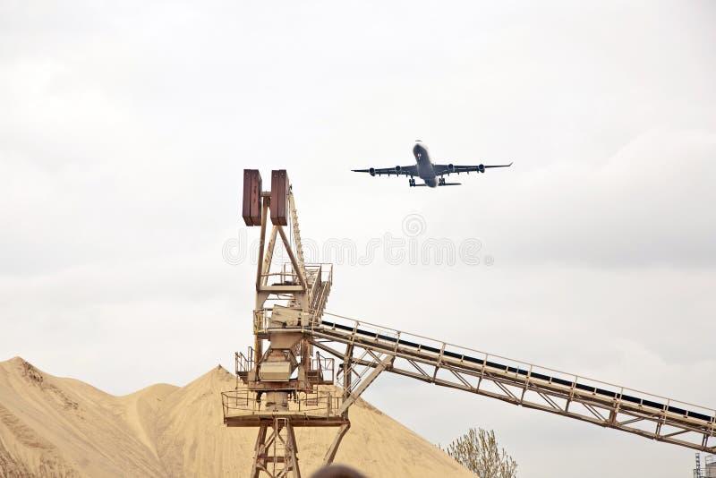 Aviones en acercamiento de aterrizaje imagenes de archivo