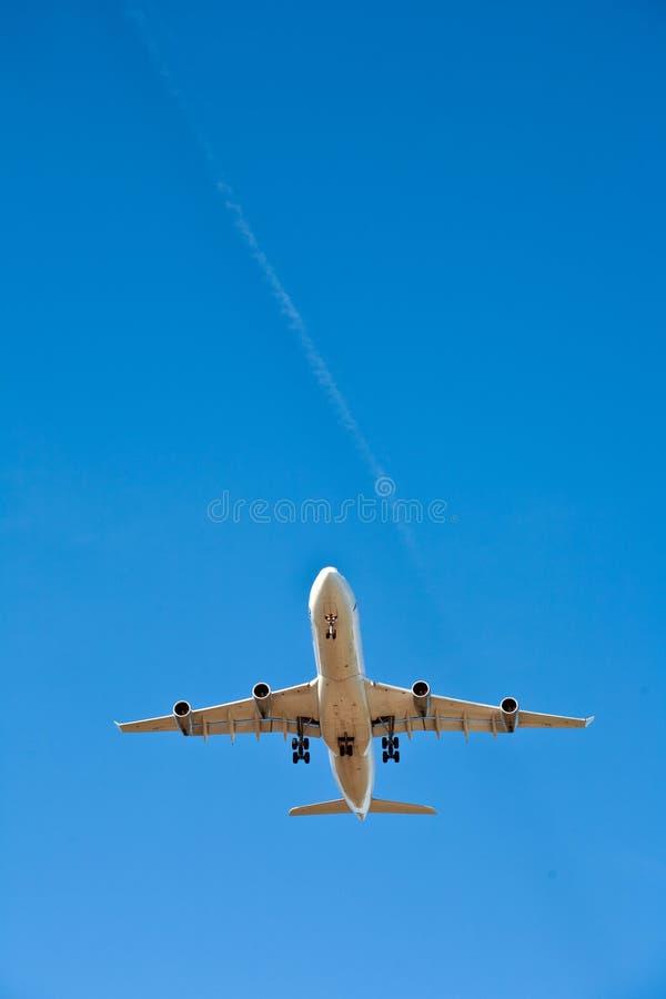 Aviones en acercamiento de aterrizaje fotografía de archivo libre de regalías