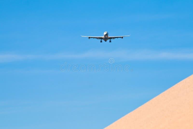 Aviones en acercamiento de aterrizaje fotos de archivo
