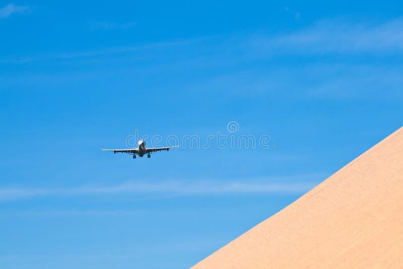 Aviones en acercamiento de aterrizaje imagen de archivo