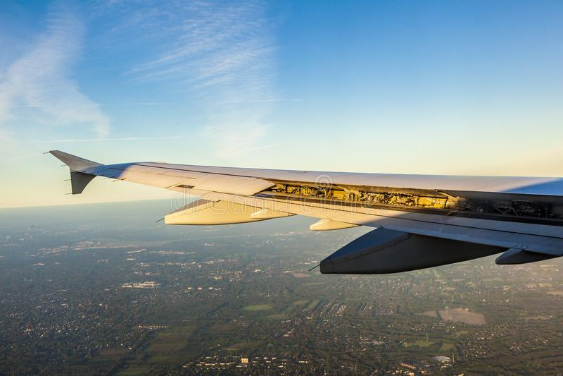 Aviones en acercamiento de aterrizaje con las aletas de aterrizaje en funcionamiento fotografía de archivo