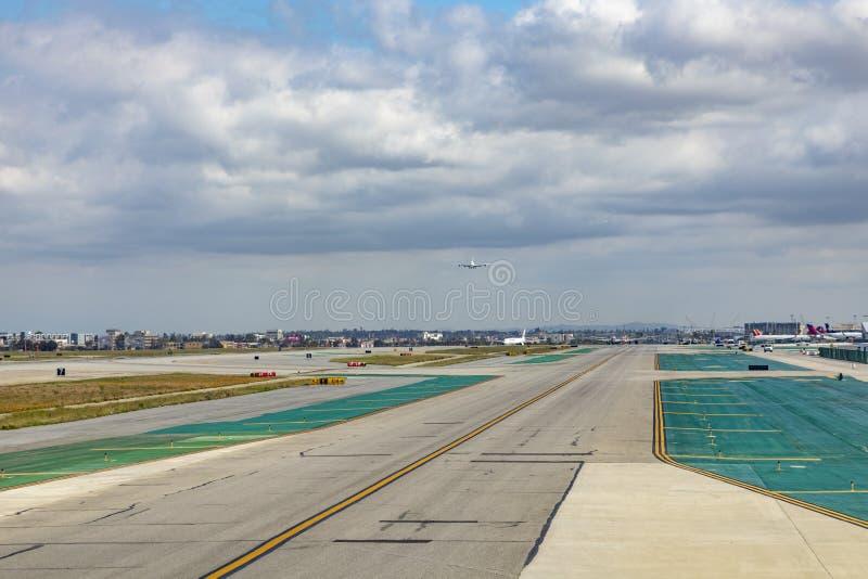 Aviones en acercamiento de aterrizaje en el aeropuerto internacional de Los Angeles imágenes de archivo libres de regalías