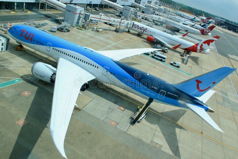Aviones en el aeropuerto de Gatwick en Londres imágenes de archivo libres de regalías