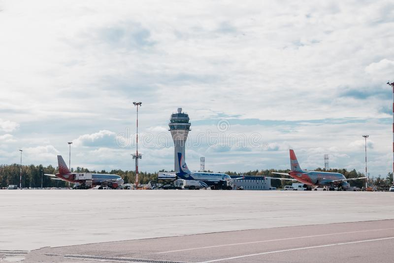 Aviones en el aeropuerto Estacionamiento de los aviones Rusia, St Petersburg, Pulkovo, funcionario que mancha el 15 de agosto de  foto de archivo libre de regalías