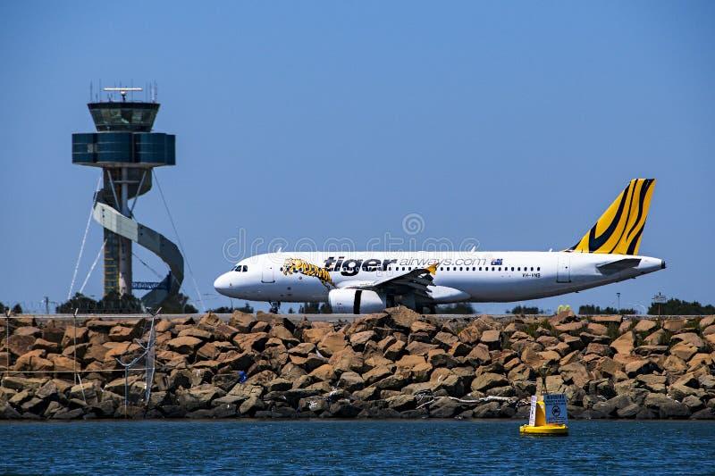 Aviones en pista del aeropuerto con el cielo azul Noviembre de 2013 austral fotos de archivo