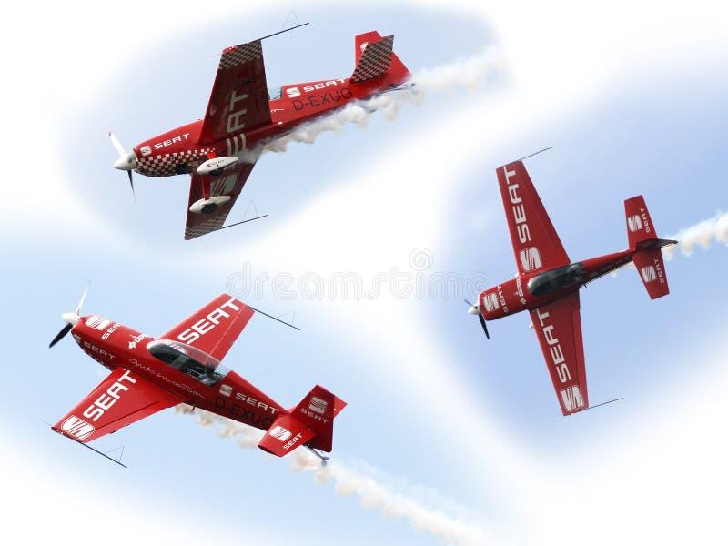 Aviones en vuelo aeroacrobacia en los cielos azules foto de archivo