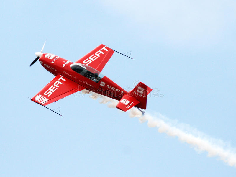 Aviones en vuelo aeroacrobacia en los cielos azules foto de archivo libre de regalías