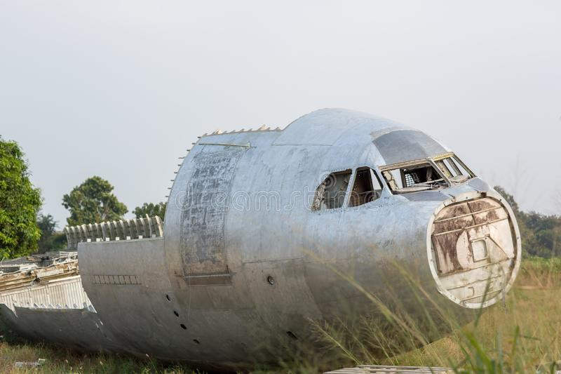 aviones hechos un aterrizaje forzoso restos del aeroplano en la selva - avión viejo del propulsor en bosque una cola del aeroplan fotos de archivo