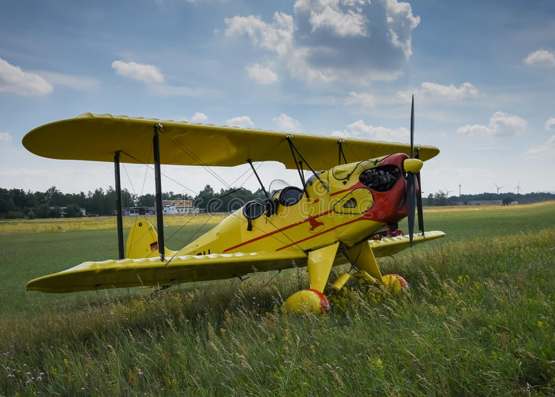 Aviones ligeros Aeroplano amarillo claro en hierba del aeropuerto Avión general ligero de la aviación en final foto de archivo