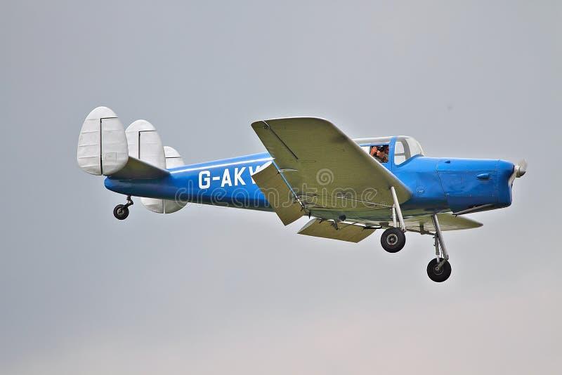 Aviones ligeros en acercamiento de aterrizaje imagen de archivo libre de regalías