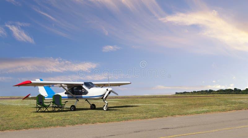 Aviones ligeros en el campo de aviaci?n imágenes de archivo libres de regalías