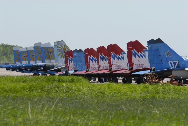 Aviones militares rusos en el campo de aviación fotos de archivo libres de regalías