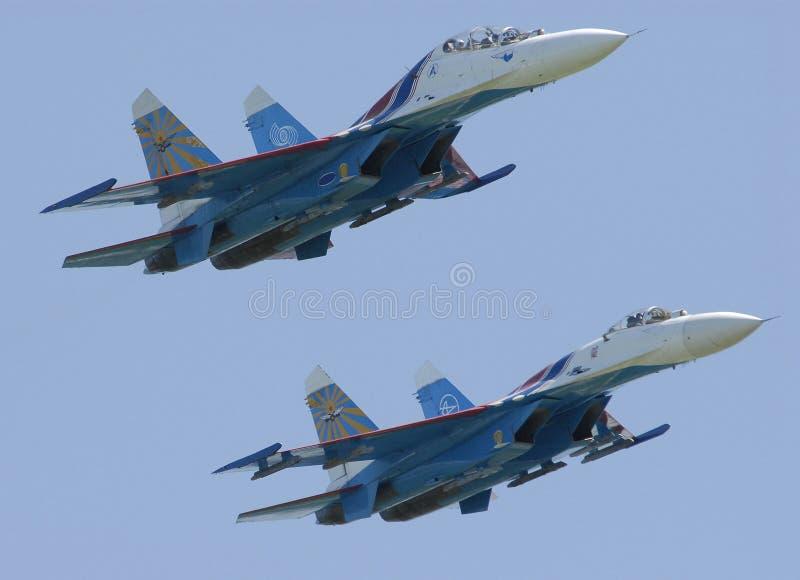 Aviones militares SU-27 en vuelo en un Airshow Pushkin 2007, Rusia imagenes de archivo