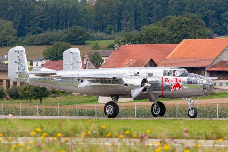 Aviones norteamericanos del vintage B-25 Mitchell Bomber de la Segunda Guerra Mundial actuados por la colección de los toros que  imagenes de archivo
