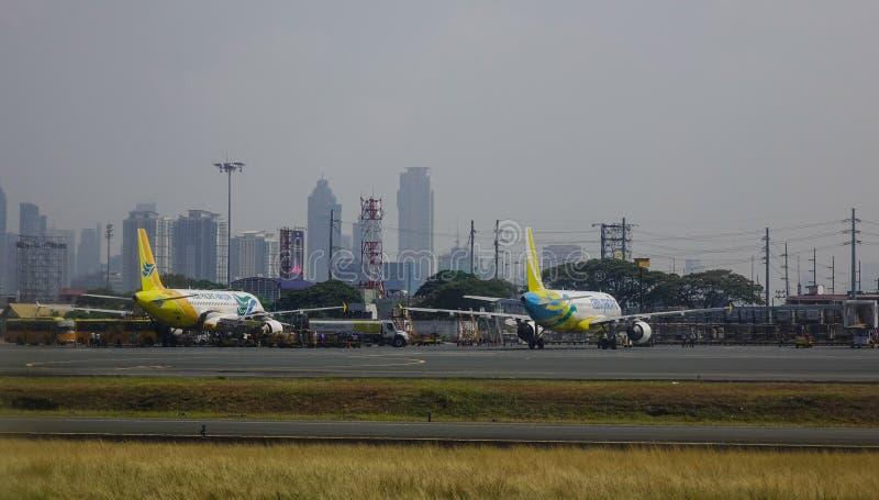 Aviones que atracan en el aeropuerto foto de archivo libre de regalías