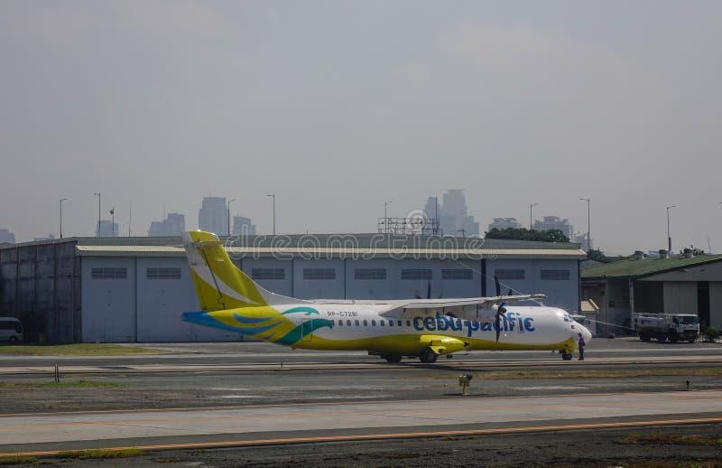 Aviones que atracan en el aeropuerto fotografía de archivo