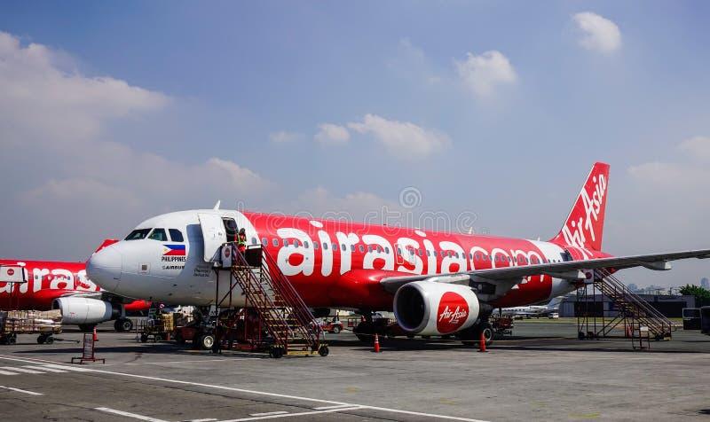 Aviones que atracan en el aeropuerto imagen de archivo