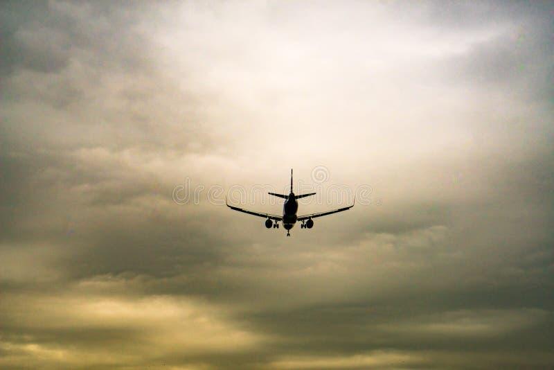 Aviones que ponen a tierra en tiempo nublado foto de archivo libre de regalías