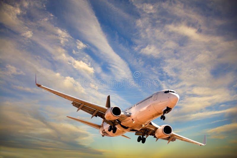 Aviones que vienen adentro aterrizar en cielo dramático foto de archivo libre de regalías