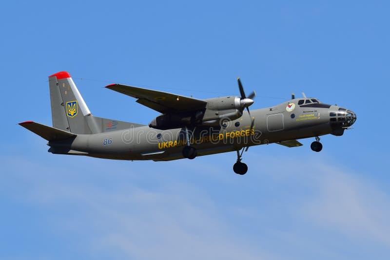 Aviones ucranianos de la encuesta sobre el sonido metálico de golpe o choque de Antonov An-30 de la fuerza aérea fotografía de archivo libre de regalías