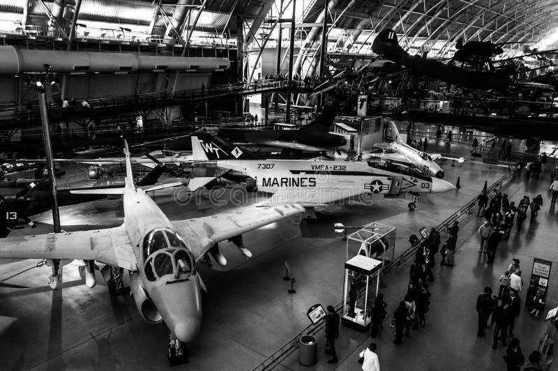 Aviones y turistas en el centro Udvar-nebuloso del aire y del museo espacial de Smithsonian foto de archivo libre de regalías