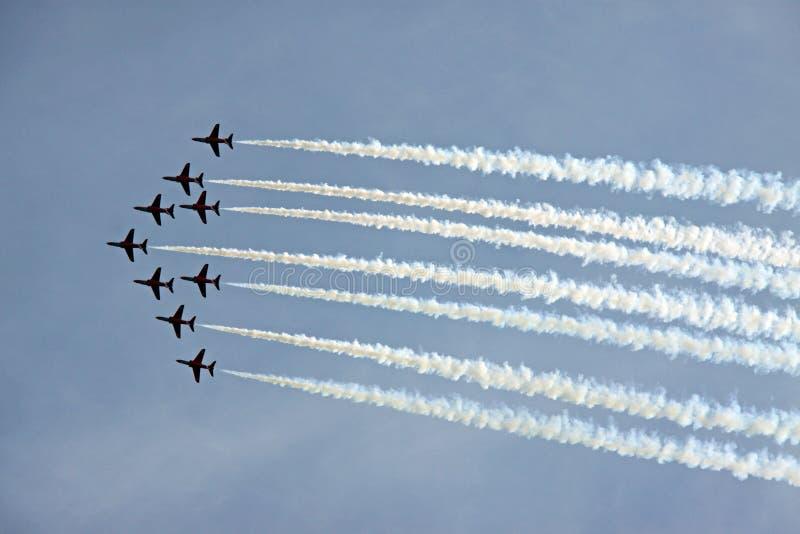 Avions à réaction acrobatiques aériens de l'Armée de l'Air rouge de la flèche RAF photo libre de droits