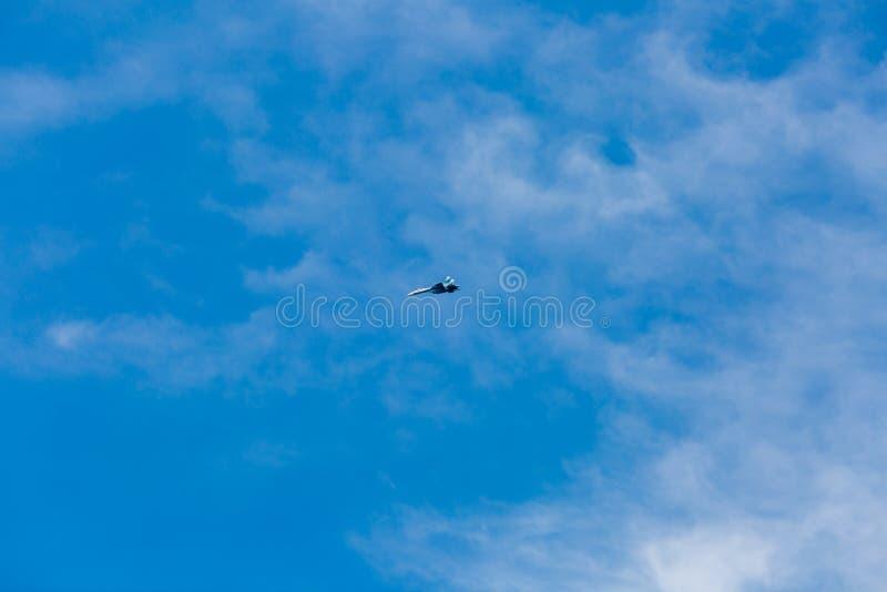 Avions à réaction de guerre volant en ciel bleu images stock