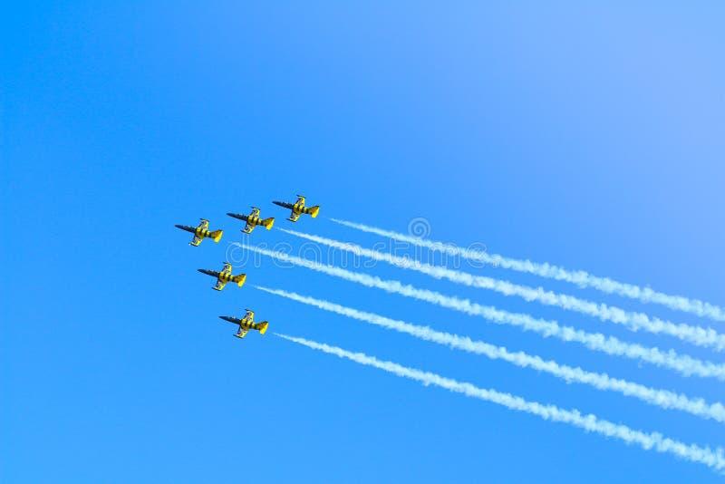 Avions acrobatiques aériens de L-39C Albatros par les abeilles baltiques Jet Team exécutant un vol de démonstration chez Timisoar photos libres de droits
