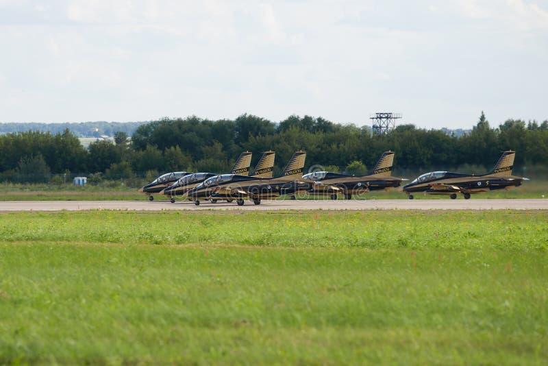 Avions Aermacchi MB-339 de l'équipe acrobatique aérienne d'Al Fursan sur la piste de l'aérodrome de Ramensky Airshow MAKS-2017 photo libre de droits
