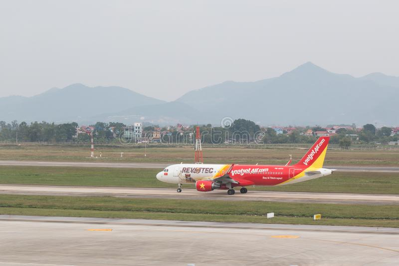 Avions Airbus A321 des lignes aériennes de Vietjet à l'aéroport de Noi Bai photo libre de droits