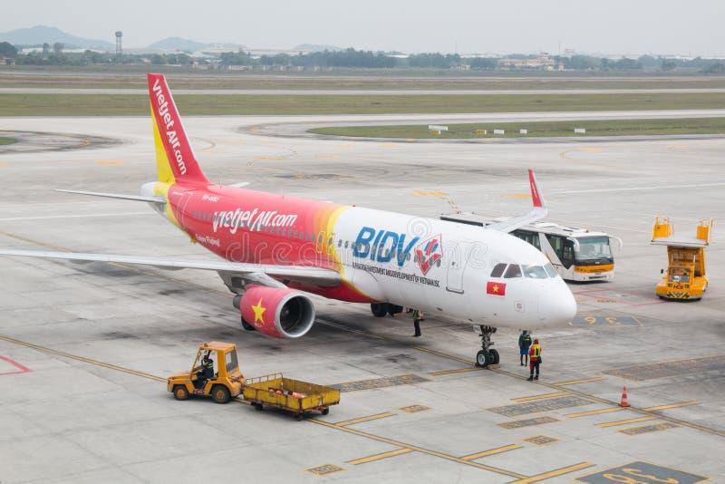 Avions Airbus A321 des lignes aériennes de Vietjet à l'aéroport de Noi Bai photos stock