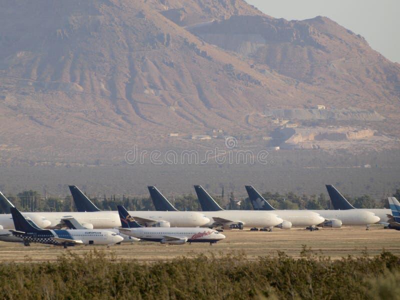 Avions Aloha, européens, et autres commerciaux d'avions de ligne garés dans le désert image stock