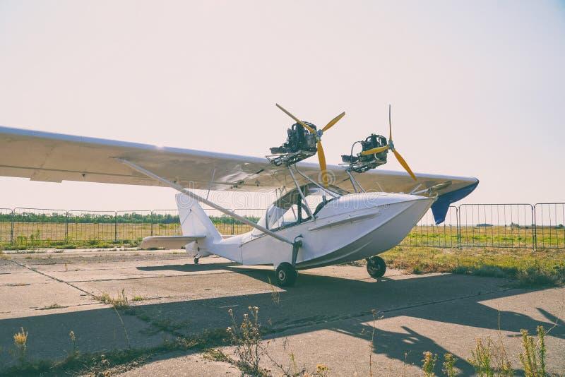 Avions amphibies bimoteurs légers à l'aéroport images stock