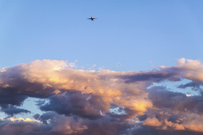 Avions au delà des nuages denses photographie stock libre de droits