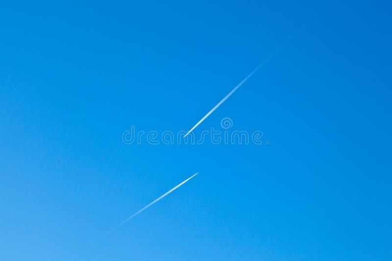 Avions avec la traînée de condensation photographie stock libre de droits